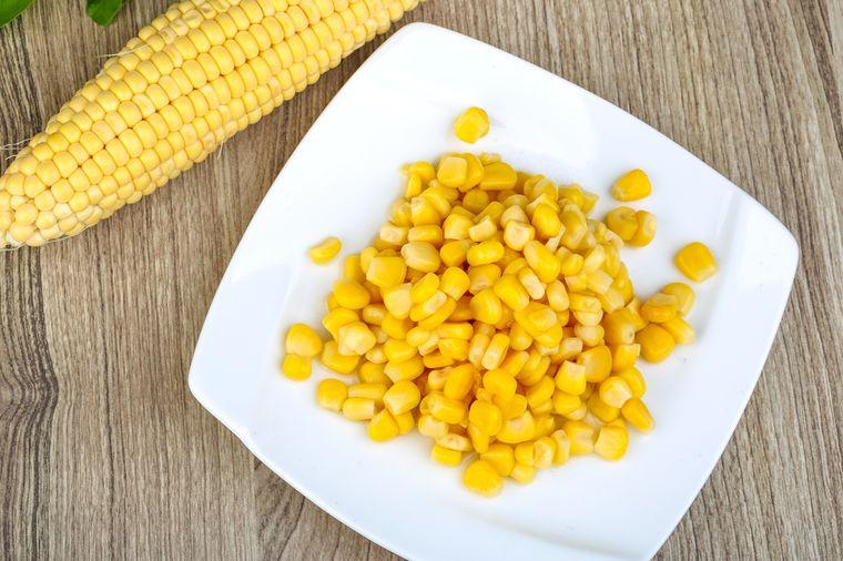 зерна кукурузы в тарелке