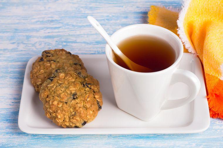 зерновой хлеб и чай