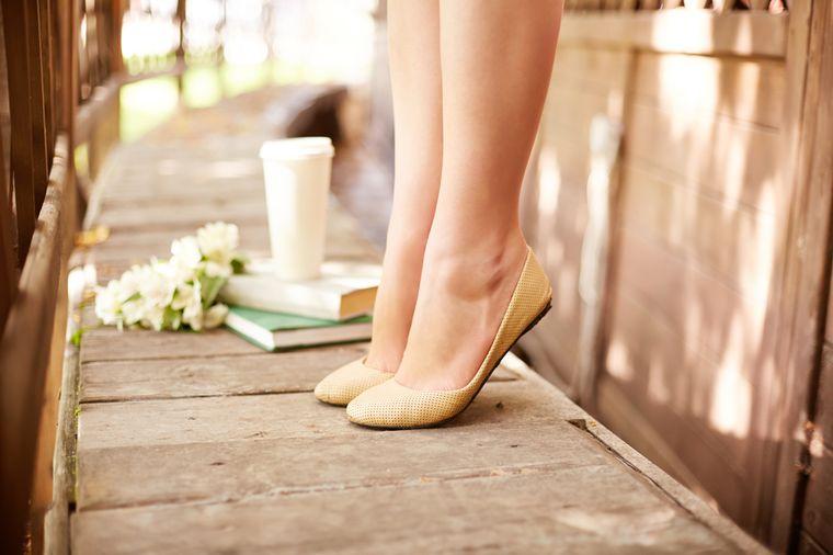 девушка на носочках