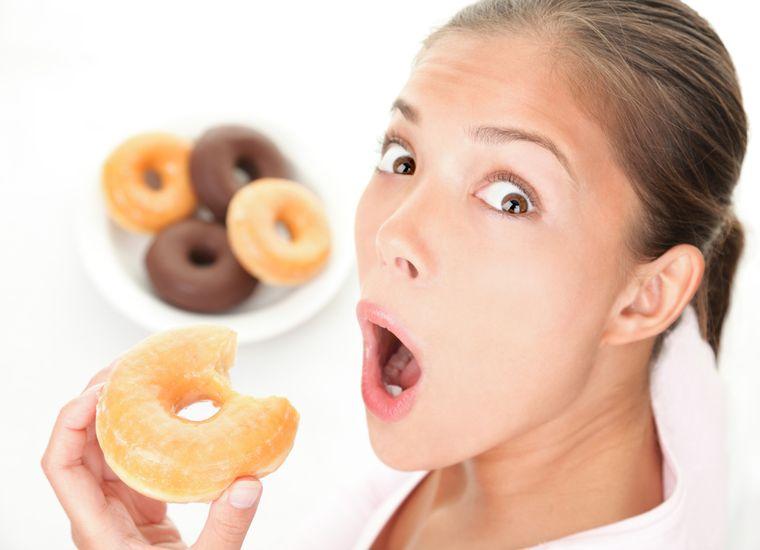 подросток с вредной пищей