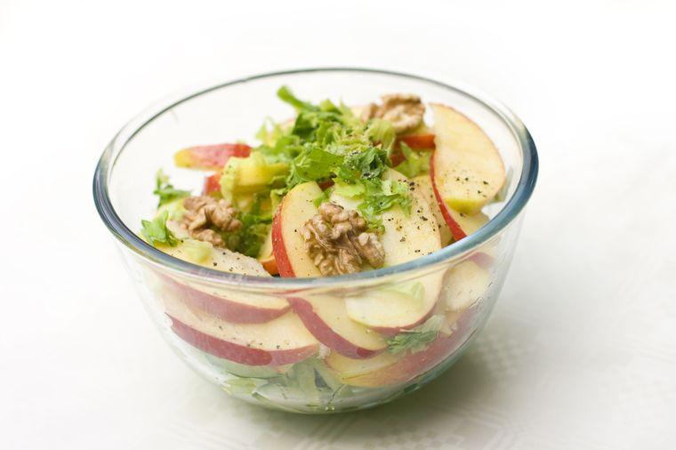 салат из орехов и яблок