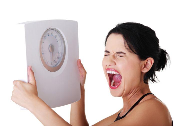 разочарованная женщина с весами