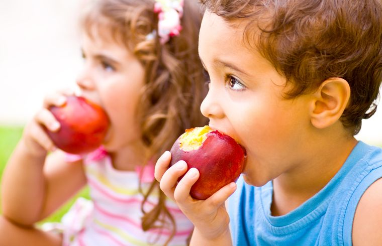 children eat apples