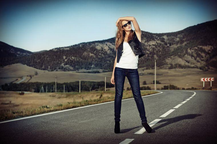 девушка в темных джинсах