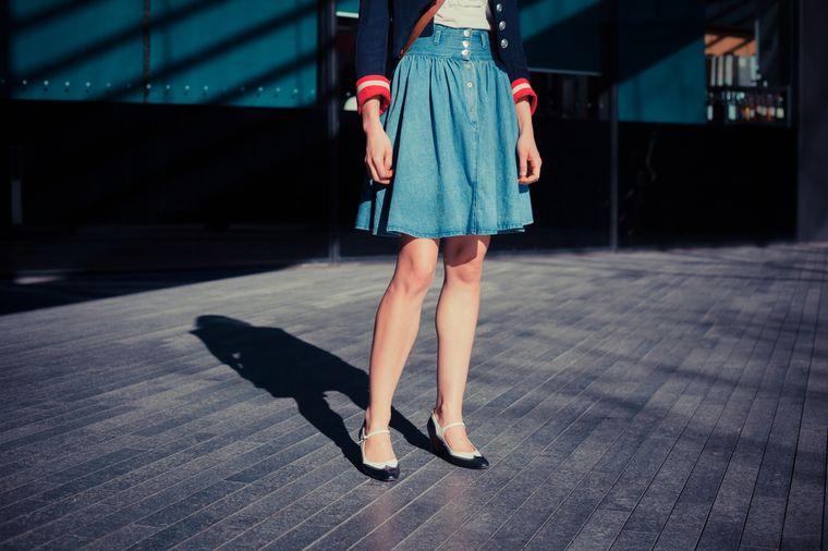 девушка в юбке чуть выше колена