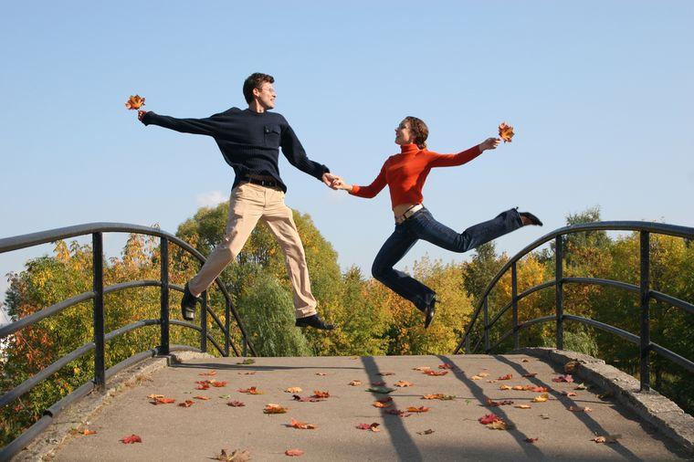 девушка и юноша на мосту