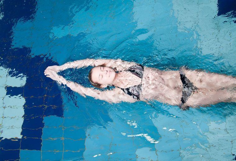 девушка плавает на спине