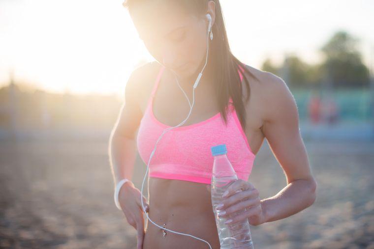 девушка тренируется в спортивном бюстгальтере