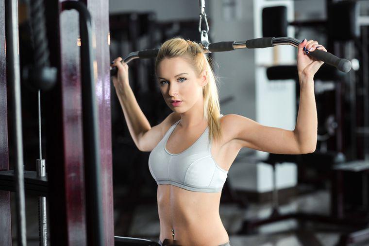 девушка в спортивном бюстгальтере