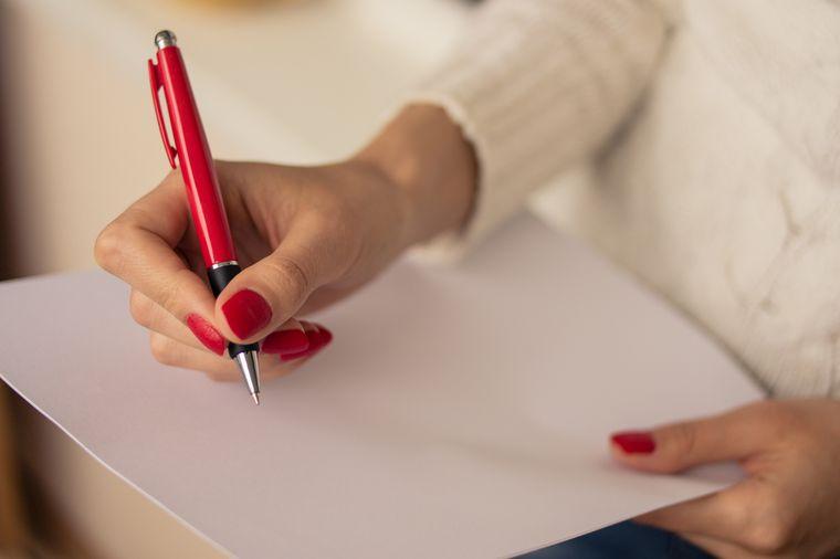 писать на листе бумаги