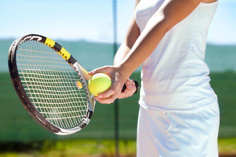 сжигает 400 калорий теннисом
