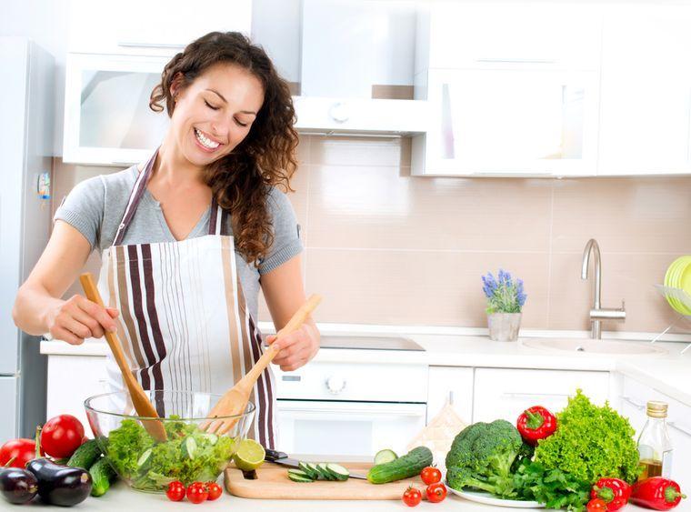 девушка готовит диетический обед