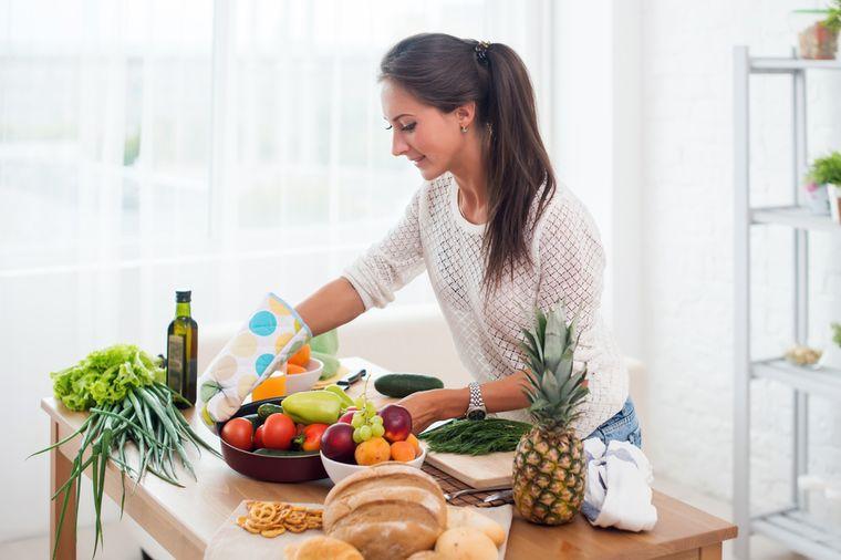 девушка готовит дома