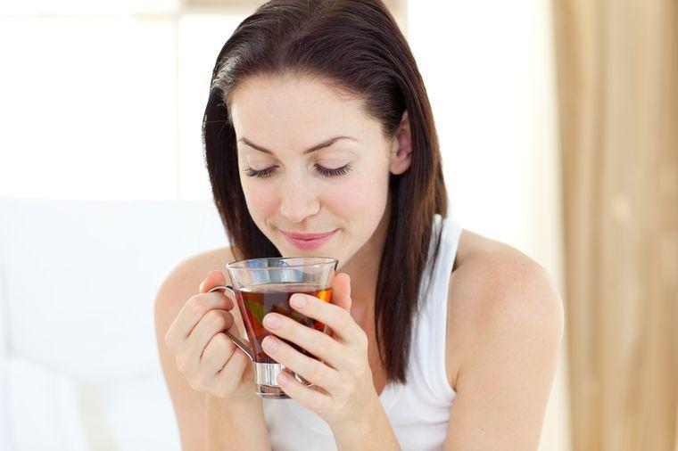 девушка ускоряет метаболизм чаем