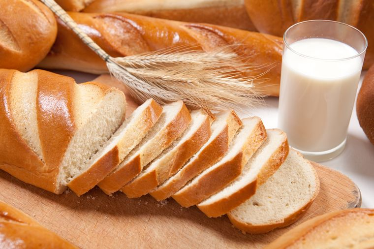 белый хлеб и молоко