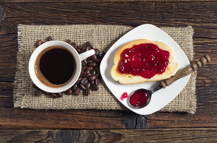 кофе и тост с джемом