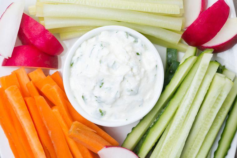 нарезанные овощи и йогурт