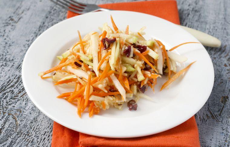 салат из моркови, капусты и яблок