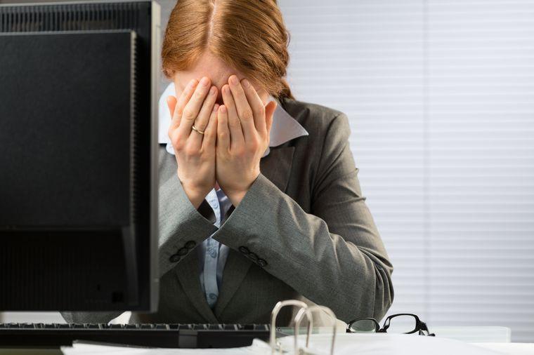 у девушки трудности на работе