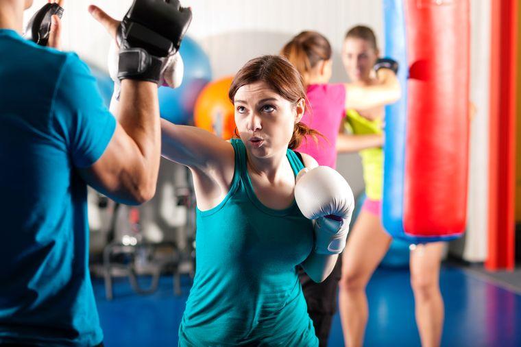 девушка учится драться
