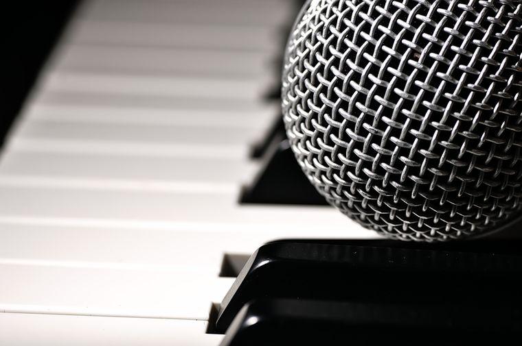 микрофон и пианино
