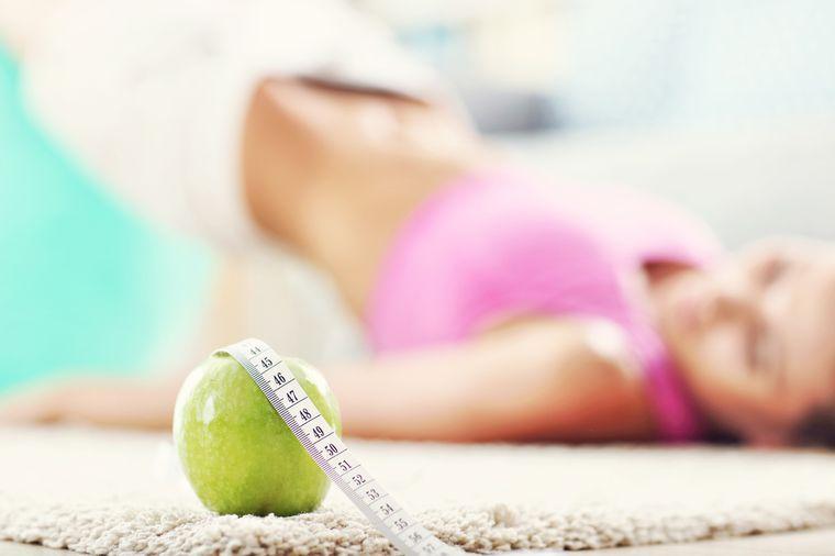 йога и яблоко