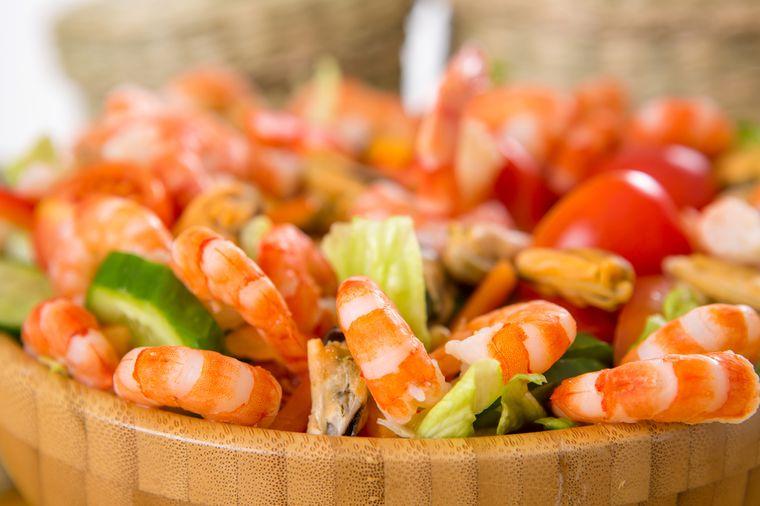 салат с креветками и мидиями