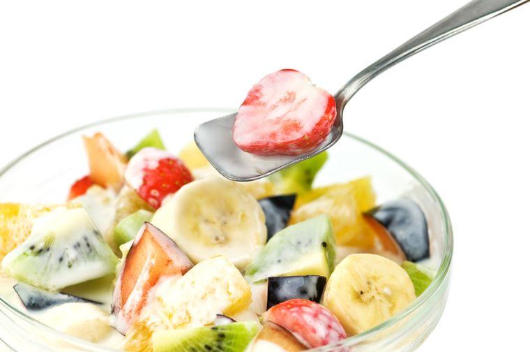 фруктовый салат заправленный йогуртом