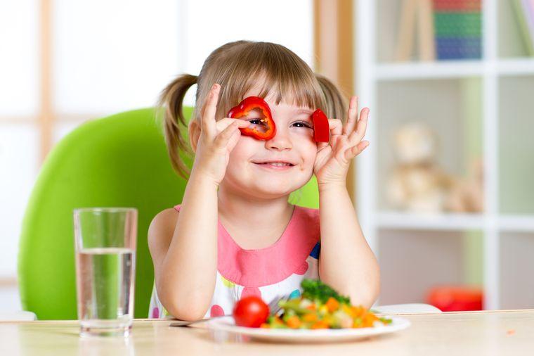девочке нравится полезная еда
