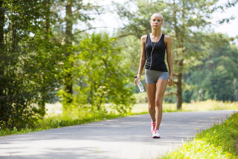 девушка ходит пешком
