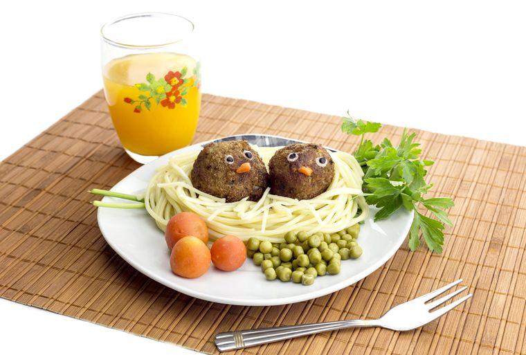 макароны, котлеты, зеленый горошек, зелень и сок
