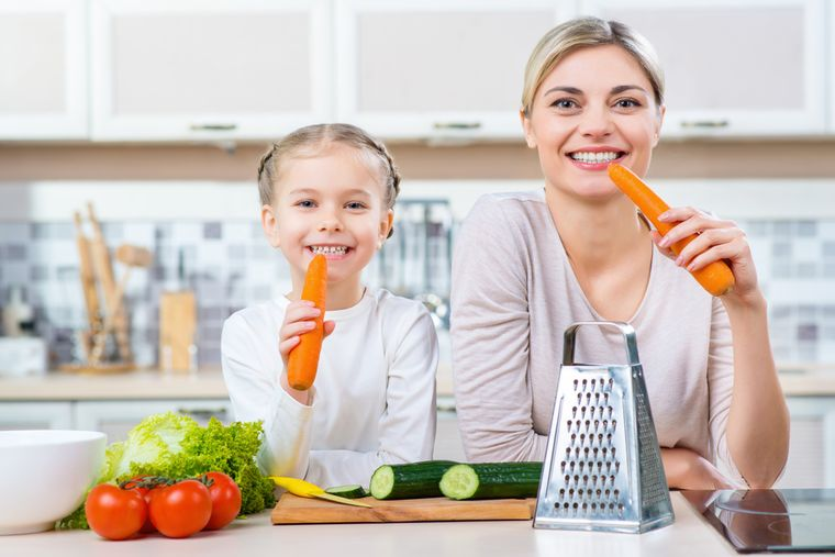 мама и дочь едят морковку