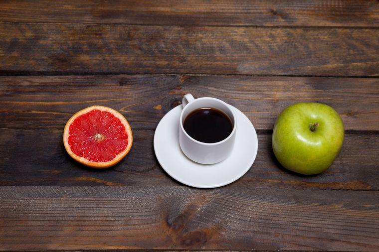 кофе, яблоко и грейпфрут
