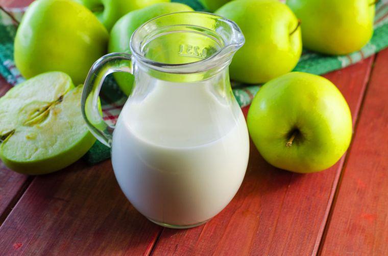 молоко и зеленые яблоки