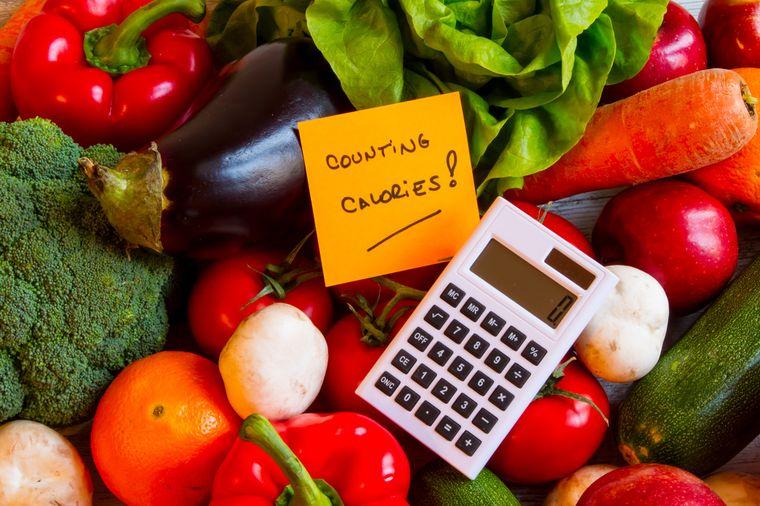 овощи и калькулятор для подсчета калорий
