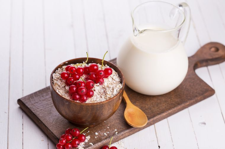 овсянка, молоко и ягоды