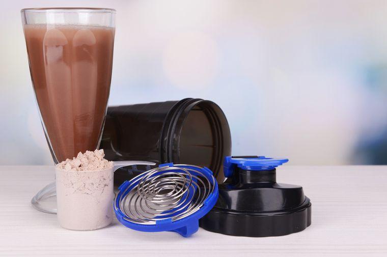 протеиновый коктейль и шейкер