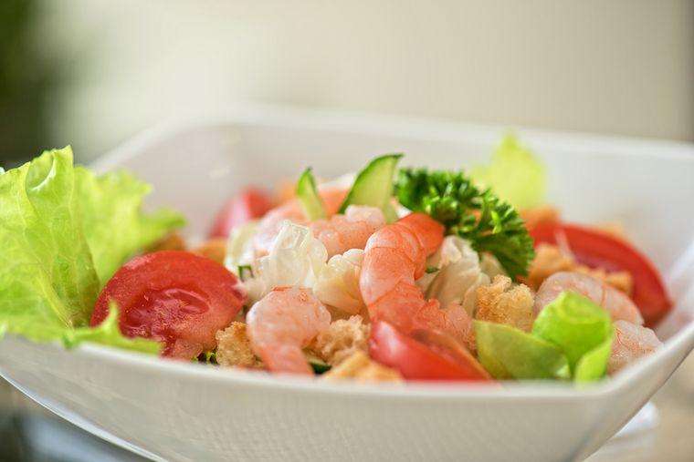 салат Цезарь с морепродуктами