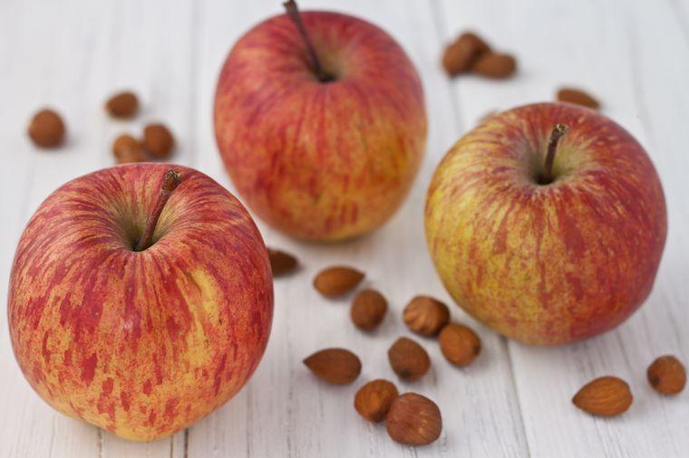 яблоки и орехи