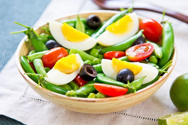 яйцо с овощным салатом
