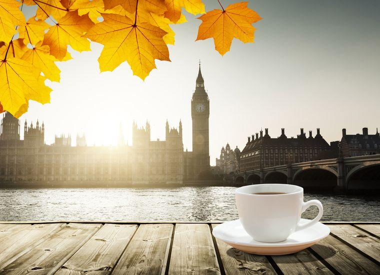 чашка кофе на фоне биг-бена