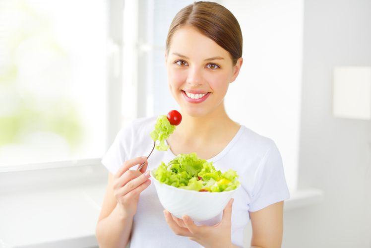 девочка подросток ест салат