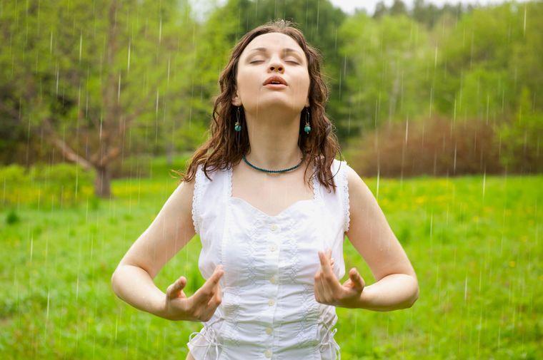 девушка делает дыхательное упражнение