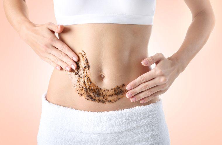 девушка делает обертывание для похудения живота
