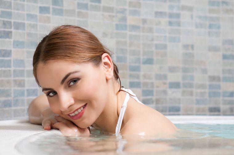 девушка принимает ванну для похудения
