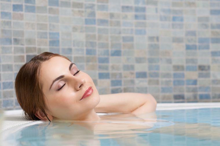 девушка принимает ванну с содой для похудения