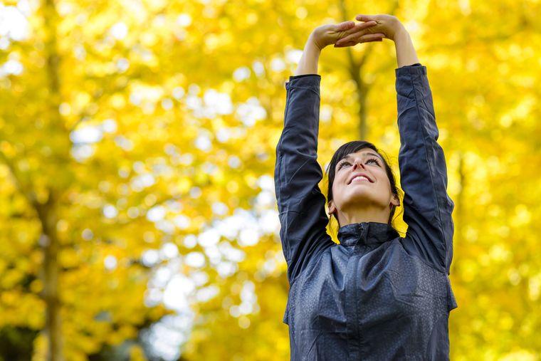 девушка стоит с поднятыми руками