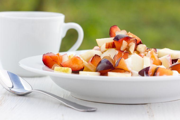 фруктовый салат со сливой