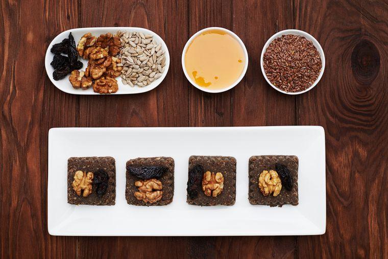 халва из льняного семени с черносливом и орехами