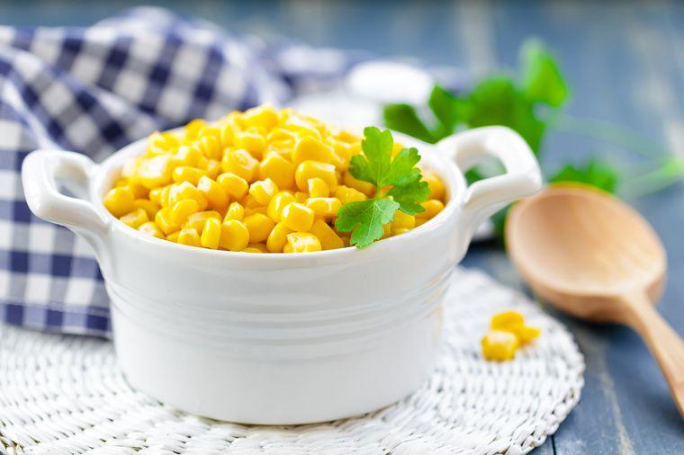 кукурузные зерна в чашке